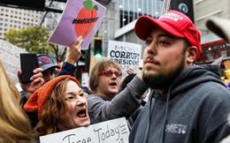 Đốt mũ đỏ MAGA, ném nước tiểu: Biểu tình lớn giữa cuộc vận động của TT Trump