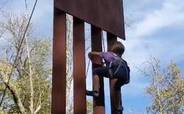 Cô bé 8 tuổi dùng 1 phút để chinh phục bản sao bức tường biên giới mà ông Trump tuyên bố 'không thể xuyên thủng'