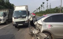 Gặp tai nạn liên hoàn, xe rước dâu bị dâm biến dạng phần đuôi, xoay ngang giữa đường chắn loạt ô tô
