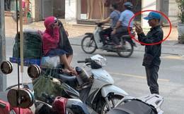 Khoảnh khắc người bố shipper và con gái nhỏ trên phố khiến người ta vội lấy điện thoại ghi lại