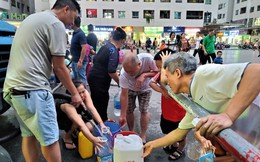 Dân chung cư chen lấn mua nước sạch sau khuyến cáo không dùng nước sông Đà để nấu ăn, uống