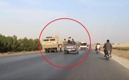 Khoảnh khắc trớ trêu khi đoàn xe quân đội Mỹ - Syria chạm mặt nhau trên đường dẫn vào Kobani