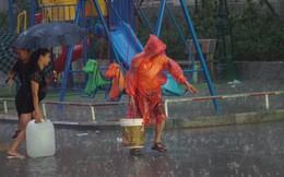 """Cảnh hì hục """"đội mưa"""", hứng nước sạch xách lên tầng ở chung cư HH Linh Đàm"""
