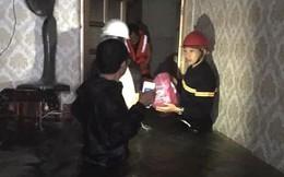 Giải cứu thiếu phụ và bé 18 tháng tuổi kẹt trong căn nhà ngập nước