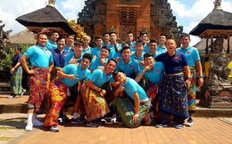 """Hạ xong Indonesia, thầy Park khiến fan bật cười với trang phục """"lạ"""" khi tham quan đảo Bali"""