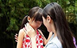 Cho con gái mặc đồ đắt tiền đi học, cô bé thật xinh đẹp và nổi bật nhưng người mẹ vẫn nức nở khi nhìn thấy cảnh tượng này