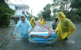 """Mưa lớn ngập lụt, chú rể cùng nhà trai """"bơi"""" quãng đường 4 km sang nhà gái đưa sính lễ"""
