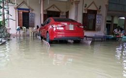 """""""Liệu sự như thần"""", một gia đình kê cả ô tô lên ghế đá trong ngày mưa lụt gây chú ý"""