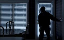 Thấy kẻ lạ vào nhà, cụ ông thản nhiên rút súng bắn chết rồi đi ngủ
