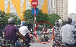 Người đàn ông ngoại quốc nằm vắt vẻo trên xe dựng giữa đường, hút thuốc gây tranh cãi