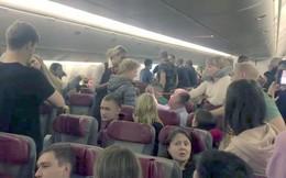 Định nhảy khỏi máy bay từ độ cao 12.000 m, hành khách bị bọc lại bằng màng bọc thực phẩm