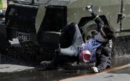 24h qua ảnh: Người biểu tình mắc kẹt trên phương tiện bọc thép cảnh sát