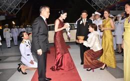 Xuất hiện sau sóng gió hậu cung, Hoàng hậu Thái Lan tươi cười rạng rỡ khi tham dự sự kiện cùng chồng