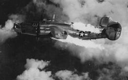 Khoảnh khắc máy bay Mỹ bị tiêm kích Đức bắn trúng, cháy trước khi nổ