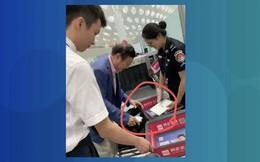 """Dân mạng TQ """"choáng váng"""", cãi nhau nảy lửa khi phát hiện ông trùm Huawei sử dụng... iPad"""