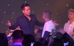 Khán giả xông lên sân khấu tìm con, đòi vàng, đánh cả sao Việt