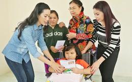 Trịnh Kim Chi trao nhà tình thương cho cô bé bị liệt 2 chân, sống ở chuồng bò