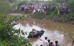 """""""Đến khi lượm được logo Mercedes ở sát bờ sông, chúng tôi chắc chắn là mấy đứa nhỏ ở dưới"""""""