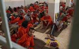 Vén màn phòng giam tăm tối, nơi giam giữ các tù binh IS ở Syria