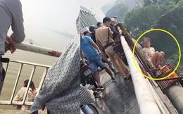 Đang dẫn con trai đi chơi, người phụ nữ trèo qua thành cầu Chương Dương định tự tử
