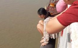 Hà Nội: Kịp thời can ngăn người phụ nữ bỏ lại con trèo qua lan can cầu Chương Dương định tự tử