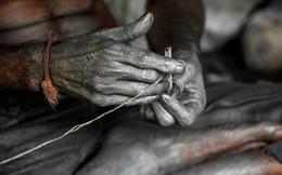 24h qua ảnh: Công nhân làm pháo trong xưởng ở Ấn Độ
