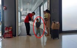 Bức xúc hình ảnh bố mẹ cho con trai đi vệ sinh ngay giữa lối đi ở sân bay