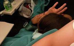 Người phụ nữ đi máy bay thản nhiên nằm dài trên ghế, gối lên đùi người kế bên suốt 4 tiếng gây bức xúc