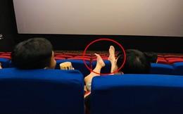 """Người đàn ông với """"đôi chân hư"""" trong rạp chiếu phim và """"quả đắng"""" phải nhận sau đó"""