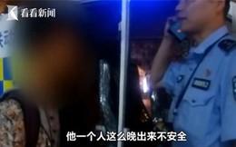 Bé trai 13 tuổi một mình đi tàu trong đêm, cảnh sát gọi điện liên hệ với gia đình và bất ngờ trước câu trả lời của bố mẹ