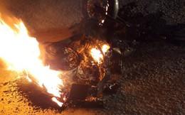 Mô tô phân khối lớn bị xe tải kéo lê, bốc cháy trơ khung trên Quốc lộ 1K
