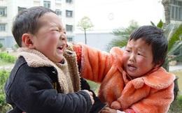 Con trai hung hăng đánh bạn, bà mẹ trẻ không nói gì lẳng lặng làm 1 hành động khiến con ngượng đỏ mặt, ai chứng kiến cũng vỗ tay