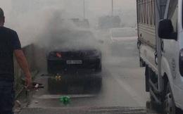 Xe Mercedes bốc cháy, tài xế may mắn thoát nạn