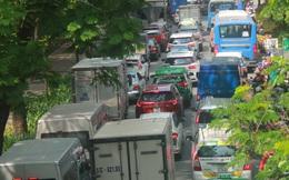 Hàng nghìn phương tiện chôn chân giữa trưa nắng, người dân cuốc bộ ra sân bay Tân Sơn Nhất