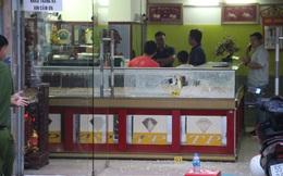 Clip gần 40 giây cảnh thanh niên bịt mặt nổ nhiều phát súng nghi cướp tiệm vàng ở Sài Gòn