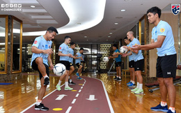 """Đồng đội căng thẳng, Chanathip vui cười trong buổi tập đầu """"kín tuyệt đối"""" của tuyển Thái"""