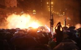 """Hồng Kông: Hàng nghìn người """"tập kích"""" cảnh sát suốt đêm, tiếp ứng 100 người cuối cùng cố thủ ở trường học"""