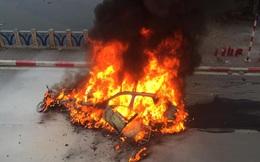 Hiện trường vụ xe sang Mercedes GLC 250 đâm xe máy khiến 1 người nguy kịch rồi bốc cháy dữ dội