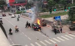 Sau cú va chạm với xe máy, Mercedes GLC 250 bốc cháy dữ dội trên phố Hà Nội