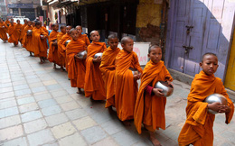 24h qua ảnh: Các chú tiểu đi khất thực trên đường phố ở Nepal