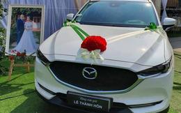Dân mạng xôn xao bức ảnh bố mang ô tô Mazda trắng đến tận lễ cưới để tặng cho con gái
