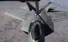 KC-135 Stratotanker tiếp nhiên liệu cho F-22 Raptor trên bầu trời Iraq