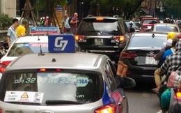 Đôi chân xấu xí thò ra từ cửa xe taxi trên phố Hà Nội khiến nhiều người tránh xa