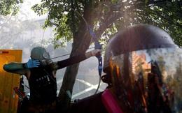 7 ngày qua ảnh: Người biểu tình Hong Kong dùng cung tên chống lại cảnh sát