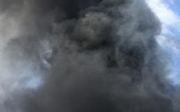 Đang cháy lớn công ty rộng hàng nghìn m2, khói đen bốc cao nghi ngút trong KCN Vsip II