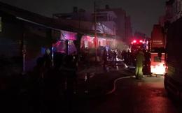 Cháy lớn tại kho vải ở Sài Gòn, nhiều nhà liền kệ bị ảnh hưởng