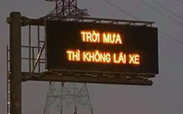 """Đơn vị quản lý xin lỗi sau sự cố bảng điện tử hiện """"trời mưa thì không lái xe"""" trên cao tốc ở Sài Gòn"""