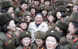 Các nữ quân nhân Triều Tiên khóc như mưa khi Chủ tịch Kim Jong Un tới thăm