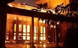 Bất cẩn khi thắp hương ngày mồng 1 khiến lửa lan cháy ngùn ngụt ở căn nhà gỗ