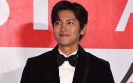 """Thảm đỏ AAA 2019 bùng nổ trong sự chào đón của fan Việt: Ji Chang Wook điển trai hết phần thiên hạ hội ngộ 2 """"người tình màn ảnh"""" Park Min Young và Yoona"""